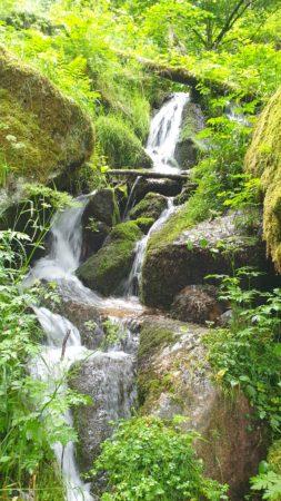 Kleine Wasserfälle säumen den Wegesrand