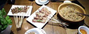 Fleischspieße und Reispfanne