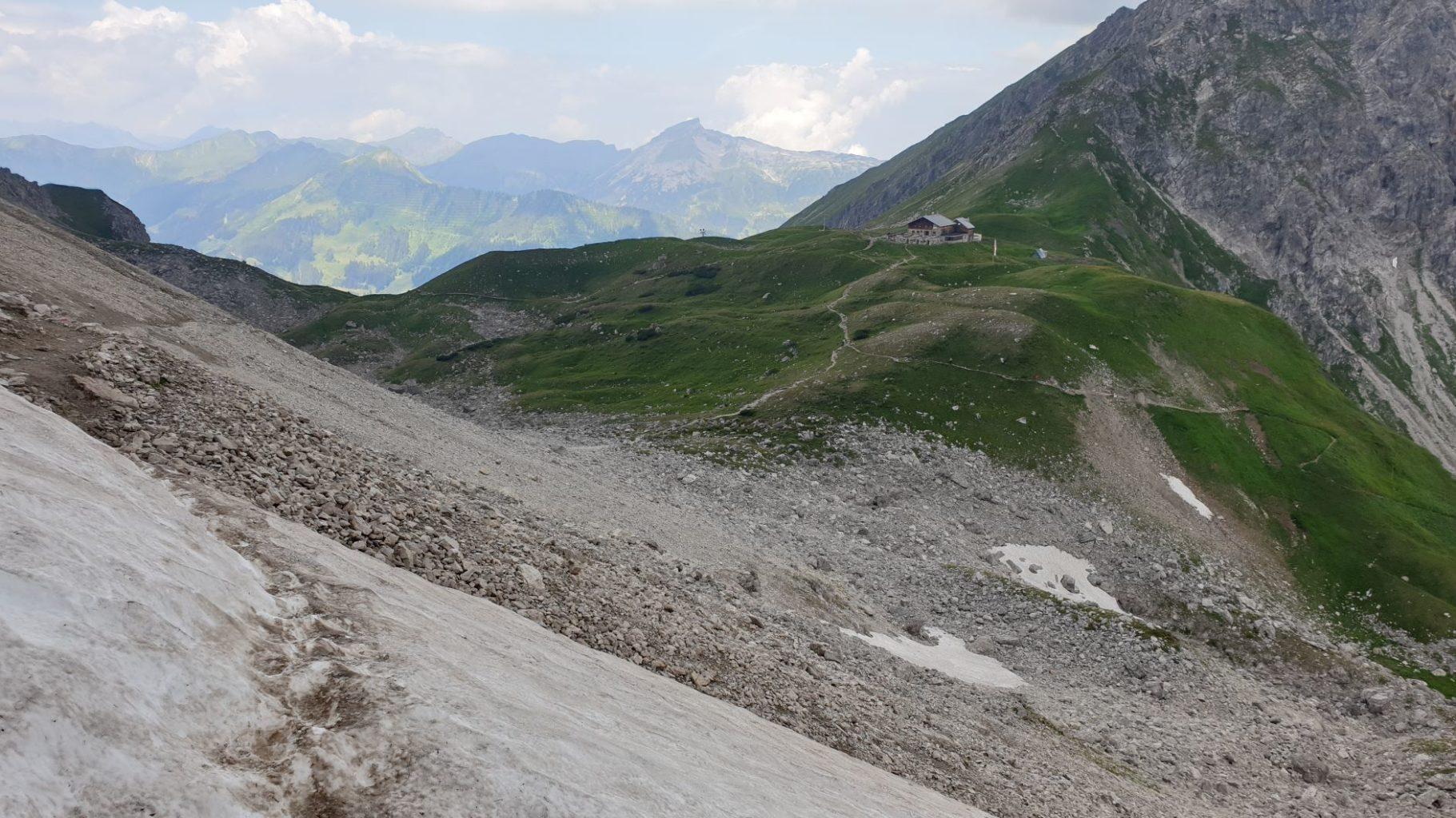 Schneefeld mit Blick auf die Fiderepasshütte auf dem Weg zum Einstieg des Mindelheimer Klettersteigs