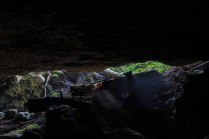 Höhle im Forst Park Golubinjak, Kroatien