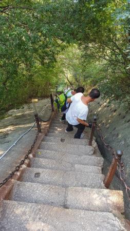 steiler Abstieg mit Löchern auf der rechten Seite aus vergangenen Zeiten