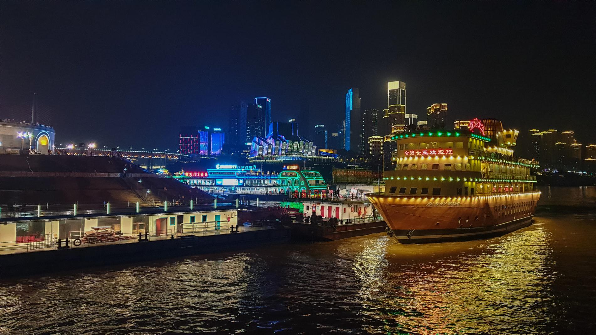 bunt erleuchtetes Chongqing, Blick vom Yangtze