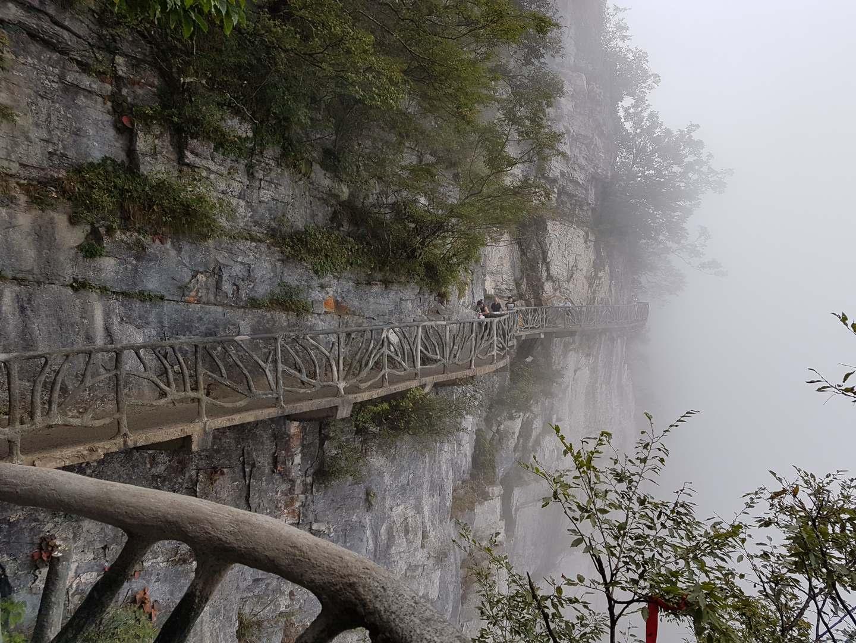Nebel am Tianmen Mountain nahe des Zhangjiajie