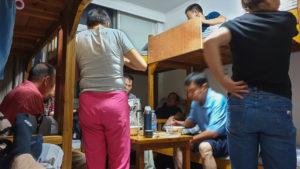 die Chinesen essen im Schlafsaal zu Abend; Huang Shan - Baiyun Hotel