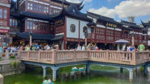 Zickzack-Brücke zum Teehaus im Yu-Garten von Shanghai