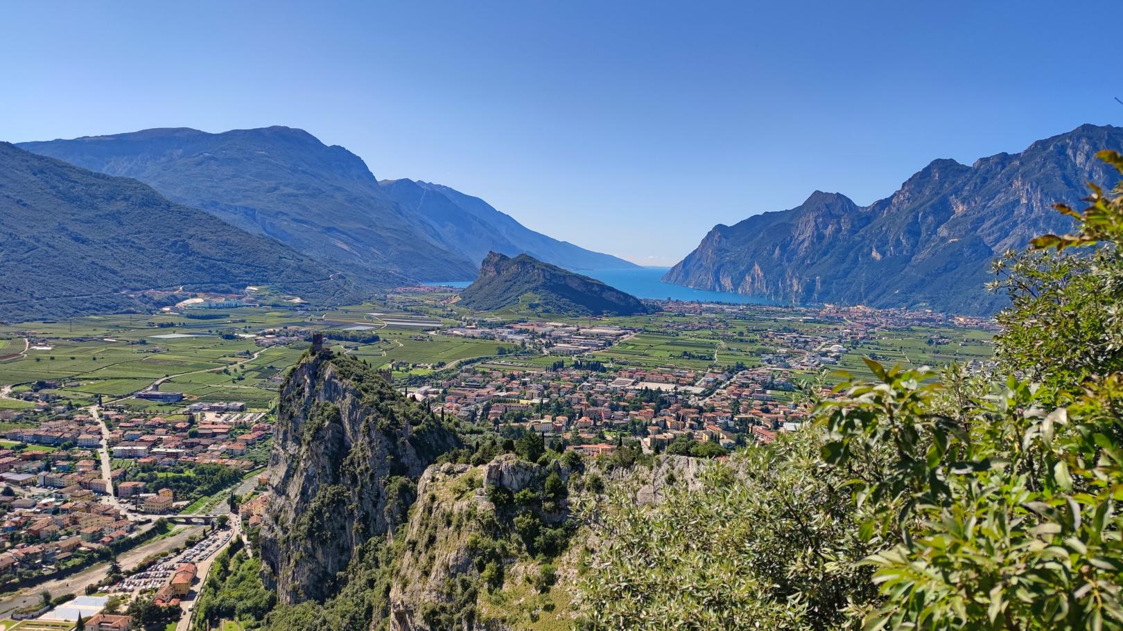 Blick vom Colodri Klettersteig auf Burg Arco