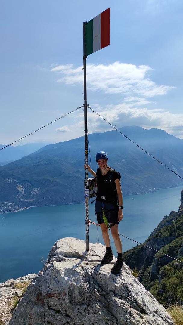 Gipfel Cima SAT nach Aufstieg über die Via dell Amicizia mit Blick über den Gardasee