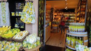 Souvenirshops mit unzähligen Produkten rund um die Zitrone