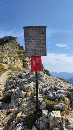 Schild zum Geatano Falicipieri Klettersteig an der Strada delle 52 Gallerie