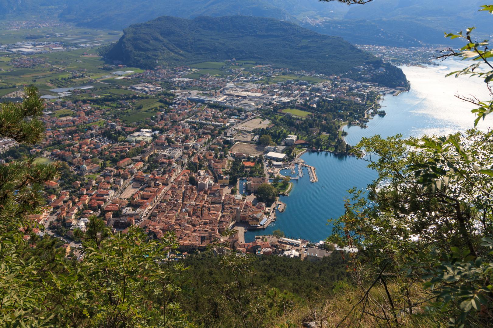 Blick von der Via dell Amicizia nach Riva und auf den Gardasee